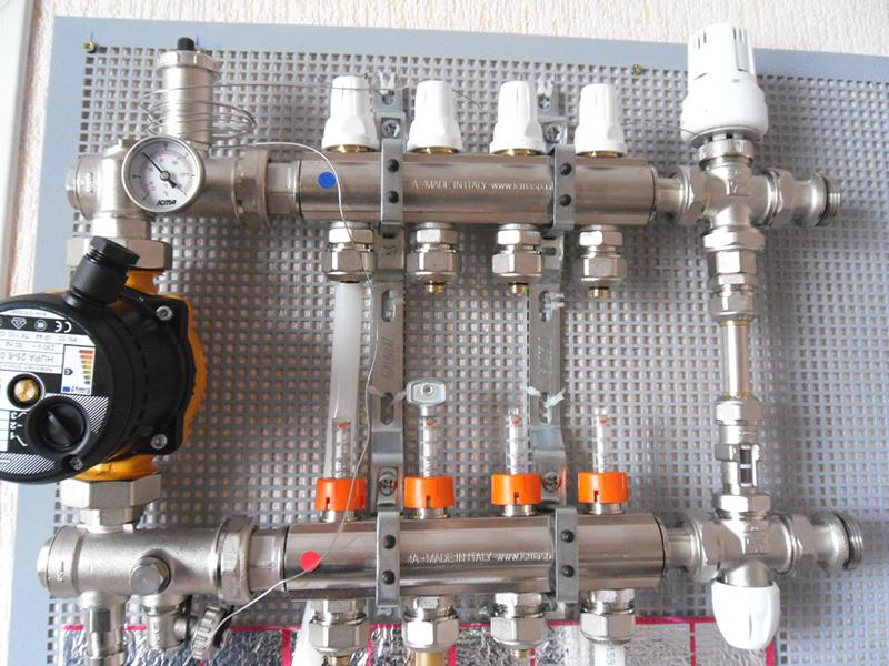 Коллектор является ключевым узлом водяного теплого пола